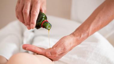 MasseurPaul masseert met natuurlijke produkten